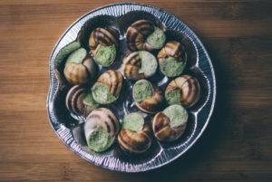 エスカルゴってどんな食べ物?味や食べ方について詳しく解説