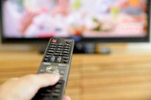 【テレビが勝手につく原因】 考えられる9個の可能性と対処法