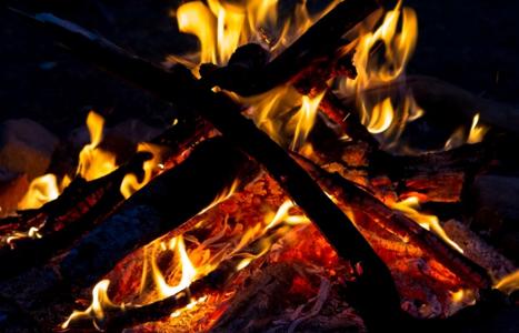 カーボンヒーターで火事の危険性 | 実際に起きた事故と安全な使い方